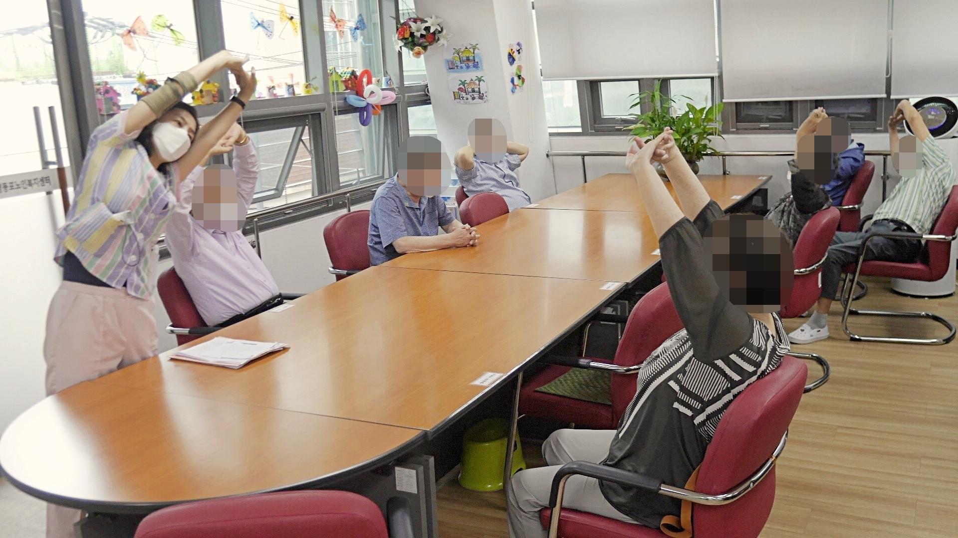 주야간보호센터 6월 아침건강체조 사진입니다.
