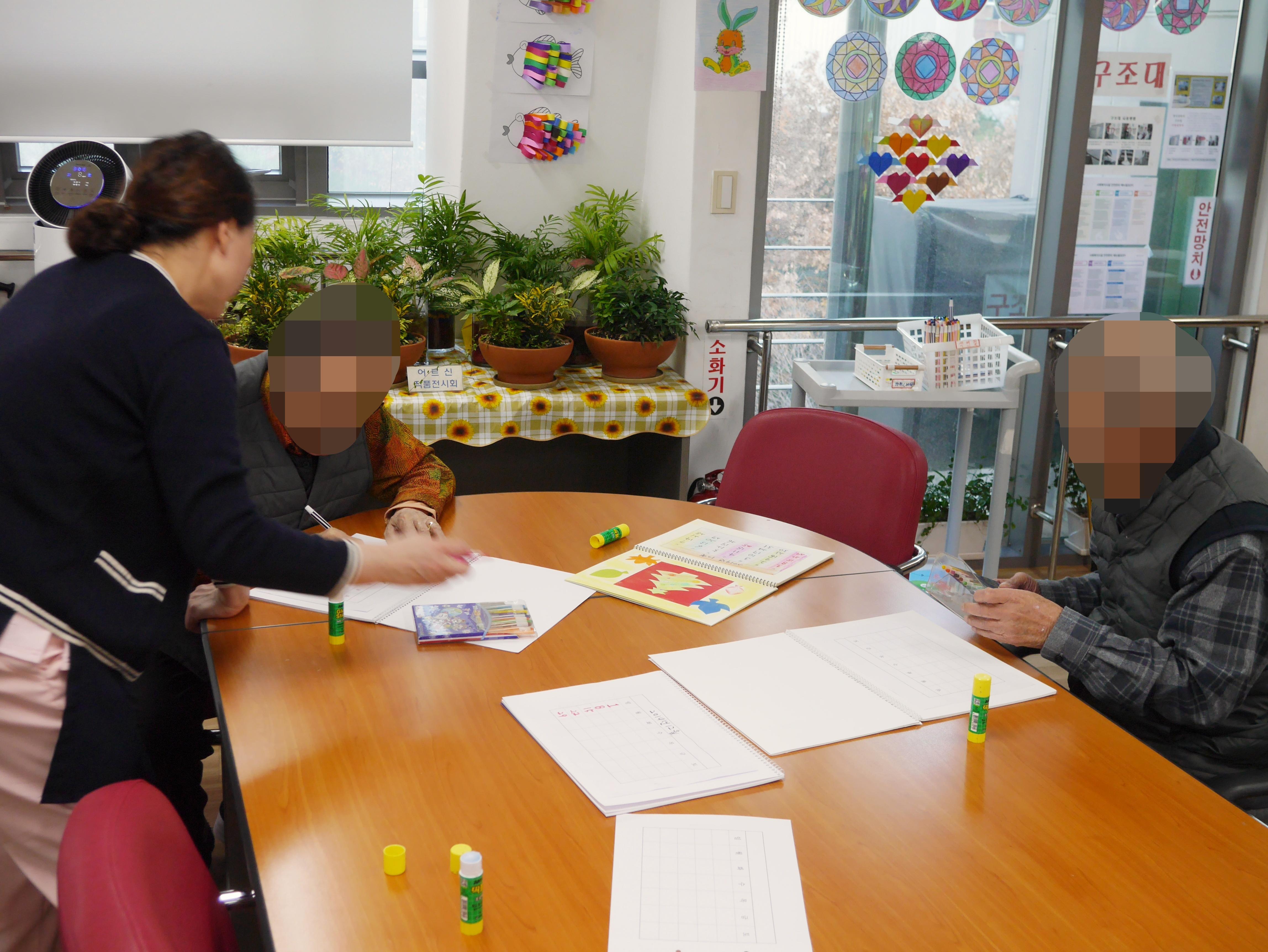 주야간보호센터 12월 종이접기 프로그램 사진입니다.