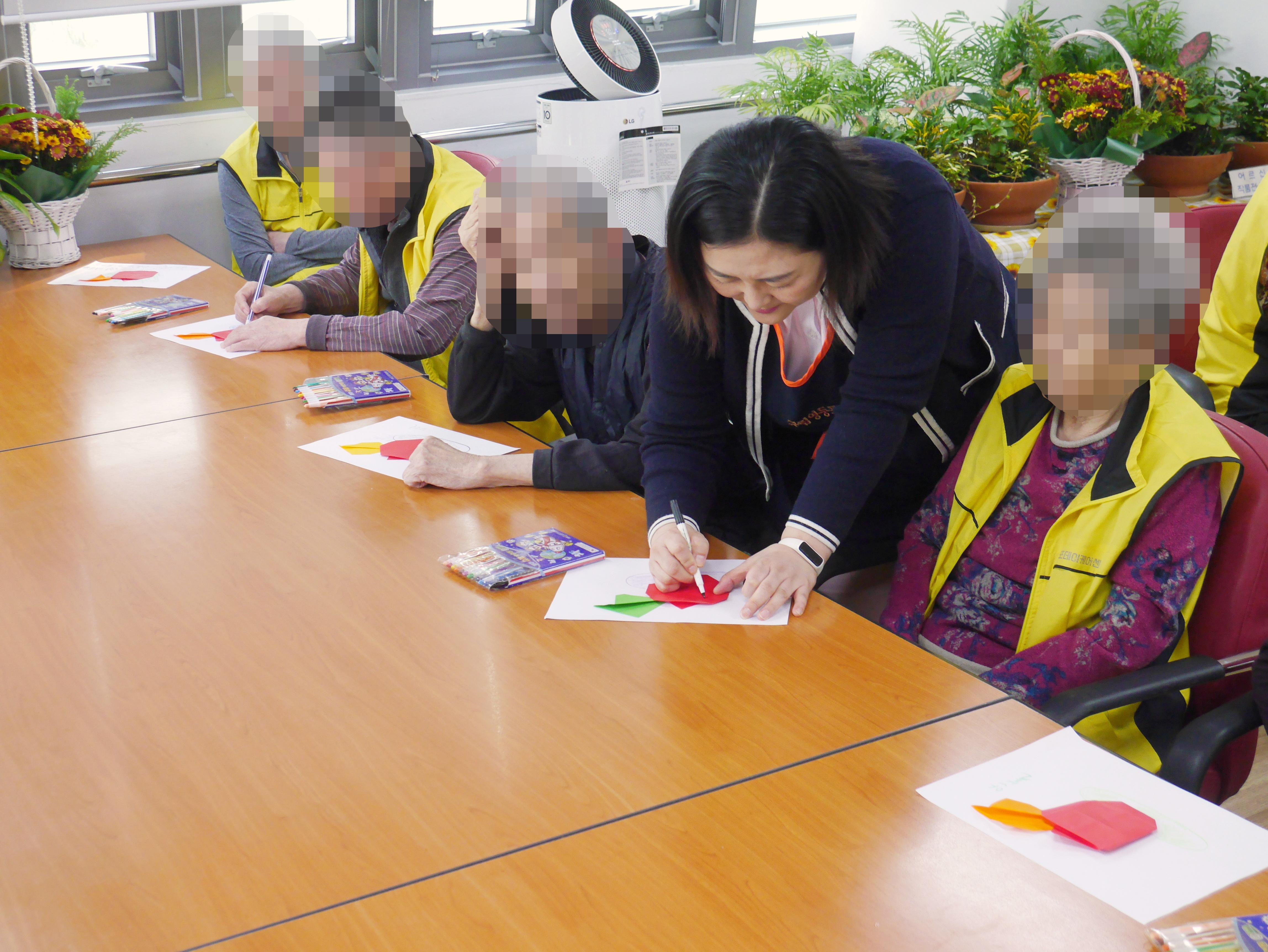주야간보호센터 10월 종이접기 프로그램 사진입니다.